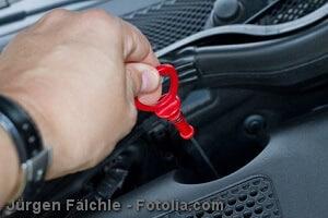 Öl nachfüllen beim Auto – Anleitung und Tipps
