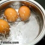 braune Eier im kochendem Wasser
