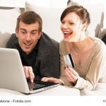 Junges Paar Sofa Laptop Notebook, Kreditkarte