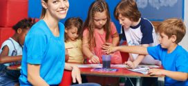 Kleine Künstler leben ihre Kreativität aus – Kinder malen mit Farbe