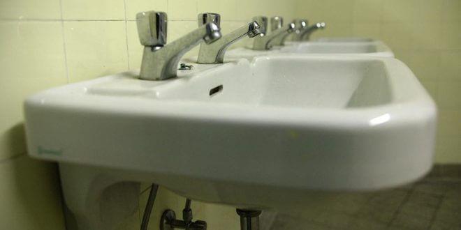 Verstopfter Siphon im Badezimmer: Einfach mal die Rohrzange ansetzen