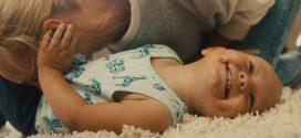 Warum Babys Bäuchlein viel Aufmerksam benötigt [Sponsored Video]