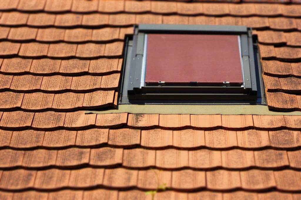 Hitze, Sonne, fehlender Sichtschutz im Dachgeschoss? Dachfenster-Rollos bieten Abhilfe