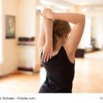 Junge Frau bei Sportübung im Fitnesscenter