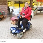 Seniorin mit Elektromobil