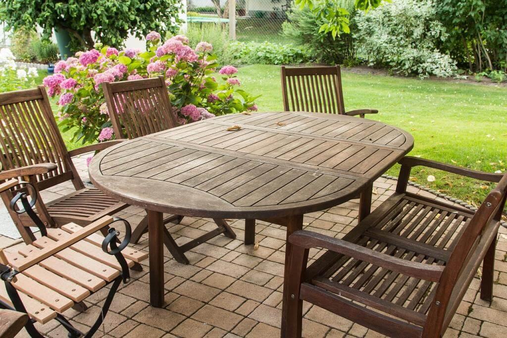 Frühjahrsputz im Garten: mit Hochdruck Gartenmöbel und Gehwege säubern
