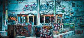 So entfernen Sie rückstandslos Graffitis an der Hauswand