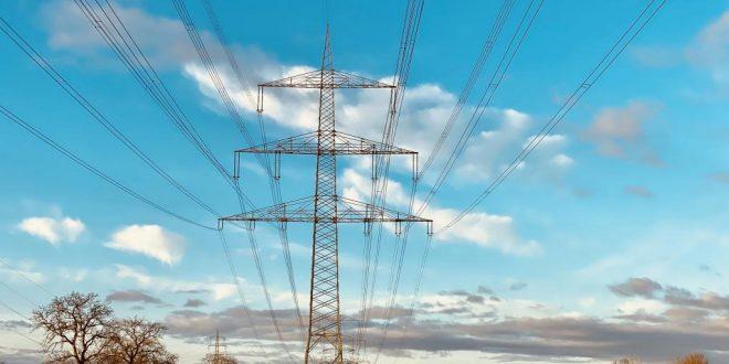 high-voltage-pylons-4927429_1920